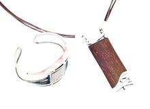 Monili d'argento di legno isolati Immagini Stock Libere da Diritti