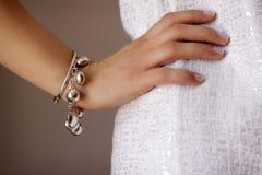 Monili del braccialetto sul braccio della donna Immagine Stock Libera da Diritti