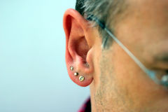 Monili maschii dell'orecchio fotografia stock libera da diritti