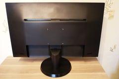 Moniteur avec le large écran pour l'édition de photo le beau plan rapproché détaille le cru intérieur de table de plaque en bois photo libre de droits
