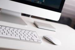 Moniteur, clavier et souris de bureau Image stock