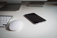 Moniteur, clavier, souris et smartphone de bureau Photos stock