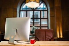 Moniteur d'ordinateur, clavier, tasse de café photos libres de droits