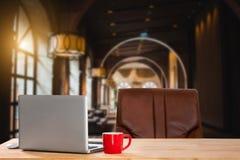 Moniteur d'ordinateur, clavier, tasse de café images libres de droits