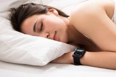 Moniteur de battement de coeur sur la montre intelligente photo libre de droits