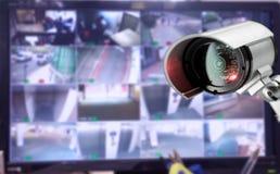 Moniteur de caméra de sécurité de télévision en circuit fermé dans l'immeuble de bureaux Photographie stock libre de droits