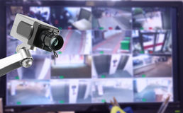 Moniteur de caméra de sécurité de télévision en circuit fermé dans l'immeuble de bureaux Images stock