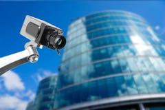 Moniteur de caméra de sécurité de télévision en circuit fermé dans l'immeuble de bureaux Images libres de droits