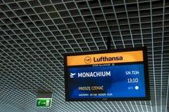Moniteur de l'information de Lufthansa à l'aéroport international de Cracovie Photographie stock