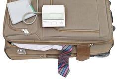 Moniteur de tension artérielle sur la valise avec les liens masculins Images stock