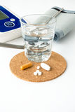 Moniteur et pilules de tension artérielle Image libre de droits