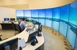 Moniteur et radar de trafic aérien dans la salle de centre de contrôle Photographie stock libre de droits