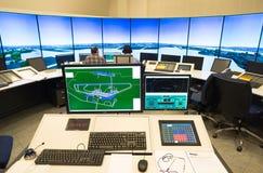 Moniteur et radar de trafic aérien dans la salle de centre de contrôle Images stock