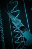 Moniteur et seringue d'ECG le concept médical Images libres de droits