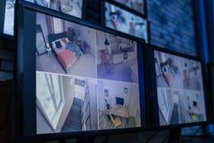 Moniteurs modernes avec la radiodiffusion visuelle des caméras de sécurité à l'intérieur photos stock