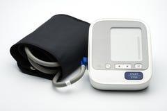Monitor automático de la presión arterial con el puño de la amplia gama en el fondo blanco Fotografía de archivo libre de regalías