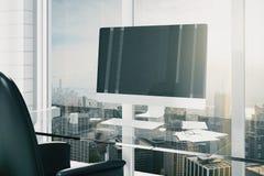 Monitor in bianco del compputer sulla tavola vetrosa in ufficio moderno con ci Fotografie Stock