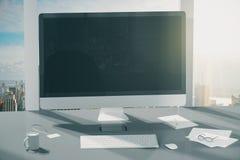 Monitor in bianco del computer con i vetri del coffeem ed altri accessori Fotografia Stock Libera da Diritti