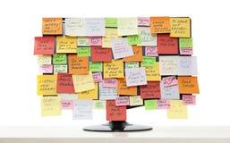 Monitor con las notas de post-it Imagen de archivo libre de regalías