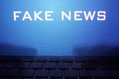 Monitor con le notizie di falsificazione del messaggio immagini stock libere da diritti