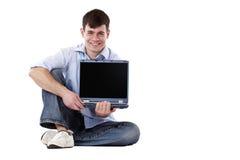 Monitor considerável, feliz do computador da terra arrendada do homem Foto de Stock