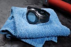 Monitor da frequência cardíaca na toalha azul perto da bola de futebol fotografia de stock