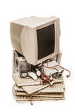 Monitor de computadora y teclados viejos Imagenes de archivo