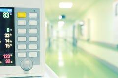 Monitor de corazón en pasillo del hospital Imagen de archivo libre de regalías