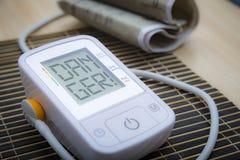 Monitor de la presión arterial de Digitaces con el mensaje Imágenes de archivo libres de regalías