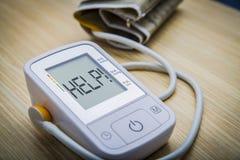 Monitor de la presión arterial de Digitaces con el mensaje Foto de archivo libre de regalías