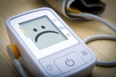 Monitor de la presión arterial de Digitaces con el mensaje Fotografía de archivo