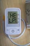 Monitor de la presión arterial de Digitaces con el mensaje Foto de archivo