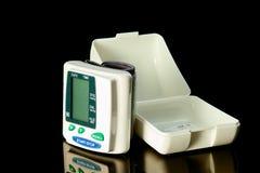 Monitor de la presión arterial de la muñeca Fotografía de archivo
