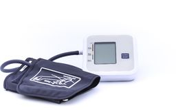 Monitor de la presión arterial de Digitaces en el fondo blanco Fotos de archivo
