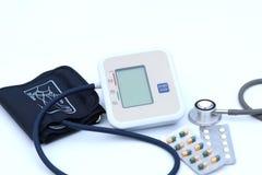 Monitor de la presión arterial de Digitaces en el fondo blanco Fotografía de archivo