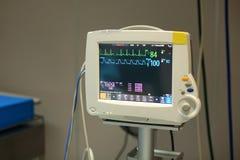 Monitor de pacientes en la Unidad de Cuidados Intensivos en hospital foto de archivo