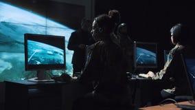 Monitor de revisão do soldado masculino do lançamento do míssil Fotografia de Stock Royalty Free