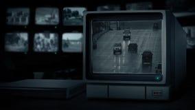 Monitor del CCTV che mostra le automobili sulla strada nella pioggia archivi video