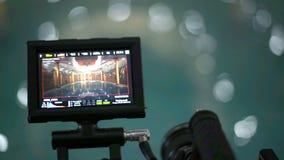 Monitor del externo de la cámara de vídeo Cámara que registra una piscina en oscuridad almacen de video