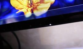 Monitor del LCD IPS para el ordenador personal, la mesa con un de computadora personal y un monitor con una diagonal grande fotografía de archivo libre de regalías