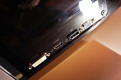 Monitor del LCD IPS para el ordenador personal, la mesa con un de computadora personal y un monitor con una diagonal grande imagen de archivo