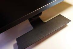 Monitor del LCD IPS para el ordenador personal, la mesa con un de computadora personal y un monitor con una diagonal grande fotografía de archivo