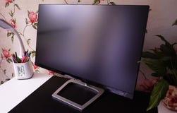 Monitor del LCD IPS para el ordenador personal, la mesa con un de computadora personal y un monitor con una diagonal grande imágenes de archivo libres de regalías
