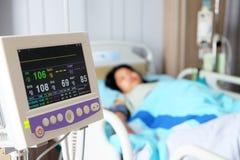 Monitor della funzione vitale in ospedale immagini stock libere da diritti