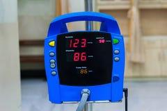monitor di pressione sanguigna che mostra una pressione sanguigna normale nel Fotografia Stock