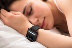Monitor do batimento cardíaco no relógio esperto imagem de stock