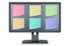 Monitor do computador com papéis de nota da cor Fotos de Stock