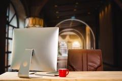 Monitor do computador, teclado, copo de café fotos de stock