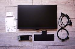 Monitor do LCD IPS para o computador doméstico, o desktop com um computador pessoal e um monitor com uma grande diagonal fotografia de stock royalty free