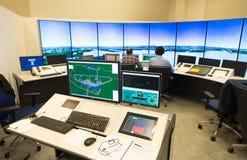 Monitor e radar del traffico aereo nella stanza del centro di controllo Immagini Stock
